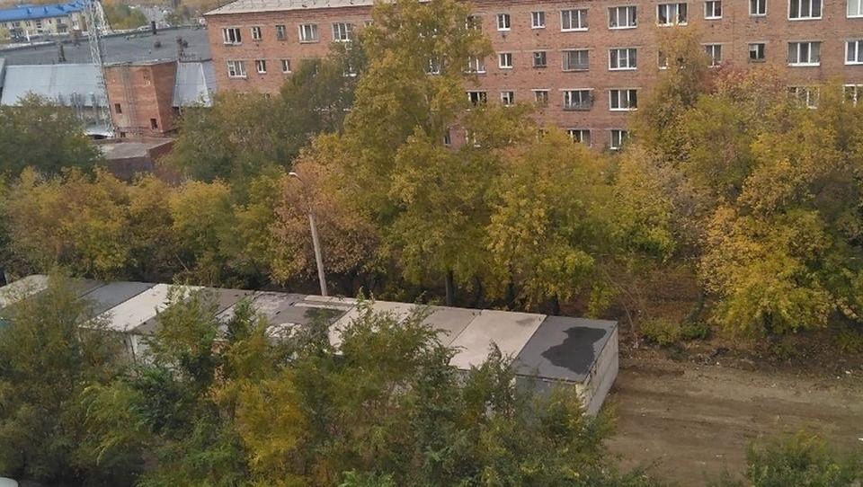 Теперь двор жилого дома выглядит серо и уныло.