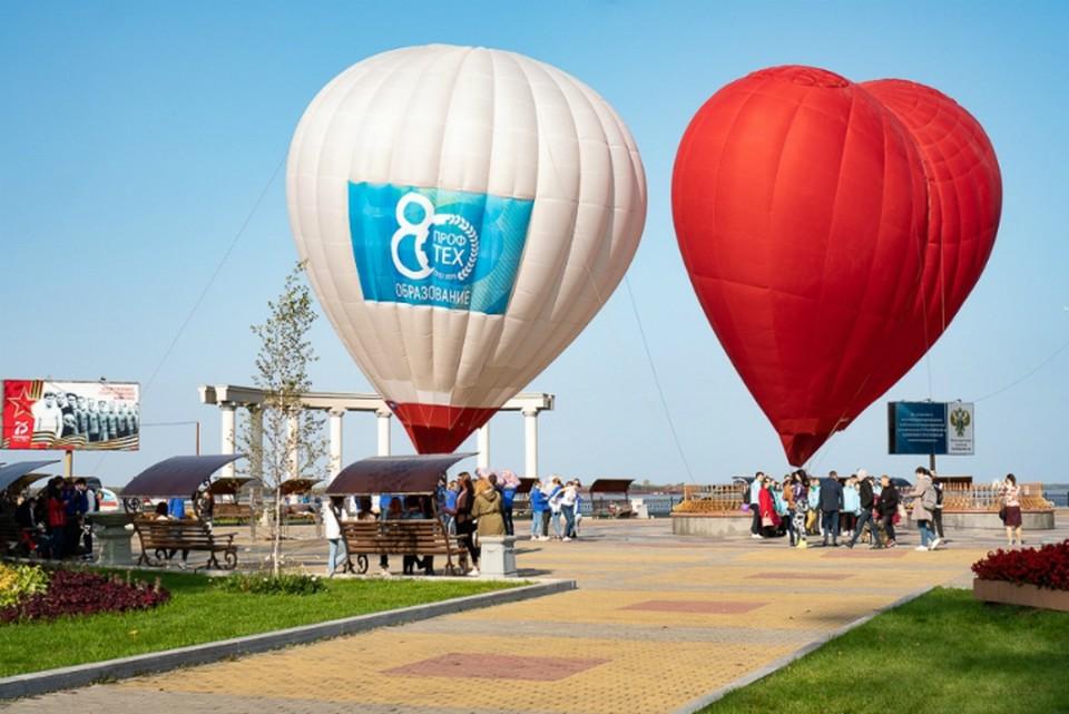 Флешмоб с зонтами и воздушными шарами прошел на набережной Хабаровска