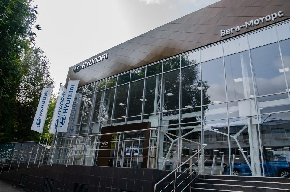 Автоцентр Hyundai на улице Ново-Садовой – прямо возле знаменитой Фабрики-кухни – открылся совсем недавно. Фото: Анастасия СЕСОРОВА