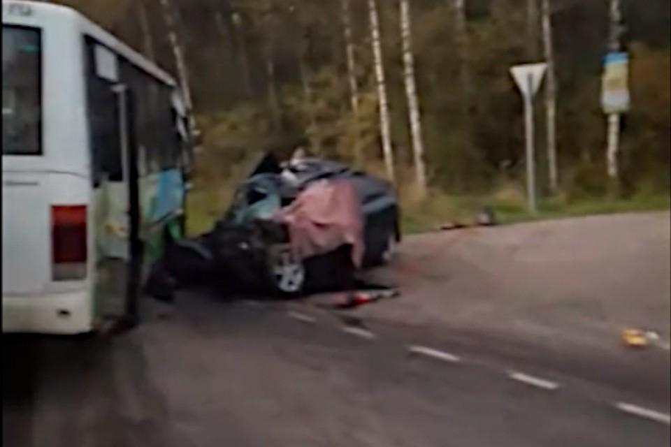"""В ДТП погиб водитель легкового авто, несколько человек пострадали Фото: vk.com/""""Конаково News""""/Тахир Шерматов (стоп-кадр с видео)"""