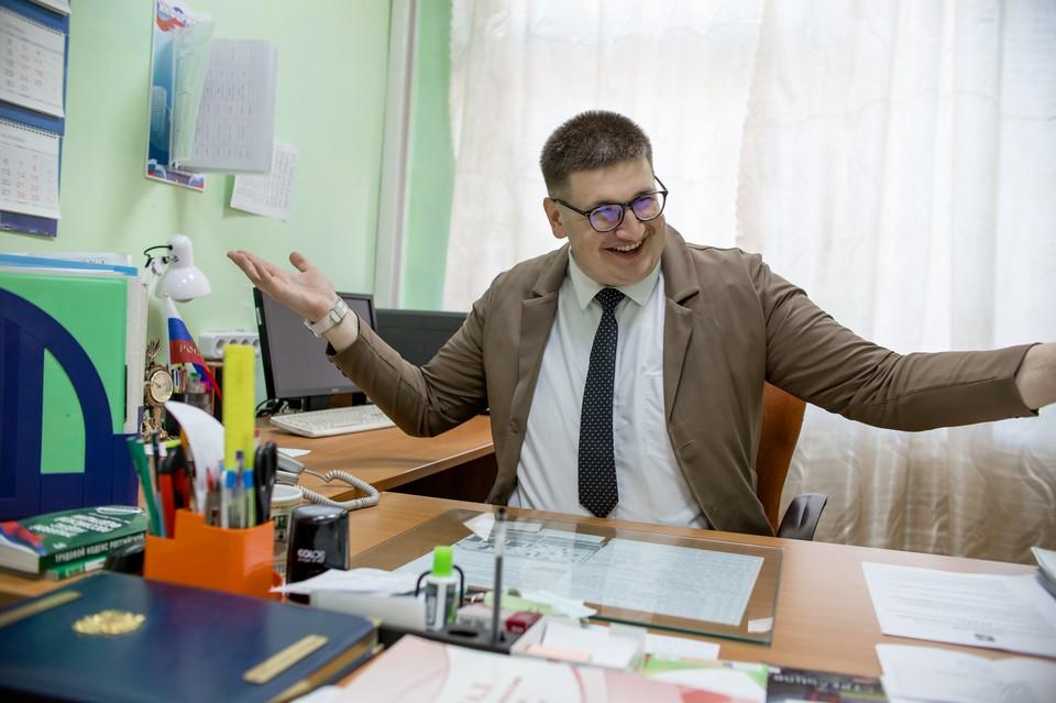 «Коллеги в два раза старше и это удобно»: как живет самый молодой директор школы в Челябинской области, которому всего 24 года