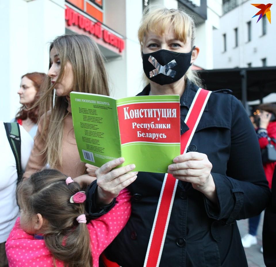 Основных претензий к действующей Конституции две: в Беларуси фактически нет разделения трех ветвей власти, а полномочия президента не ограничены по сроку.
