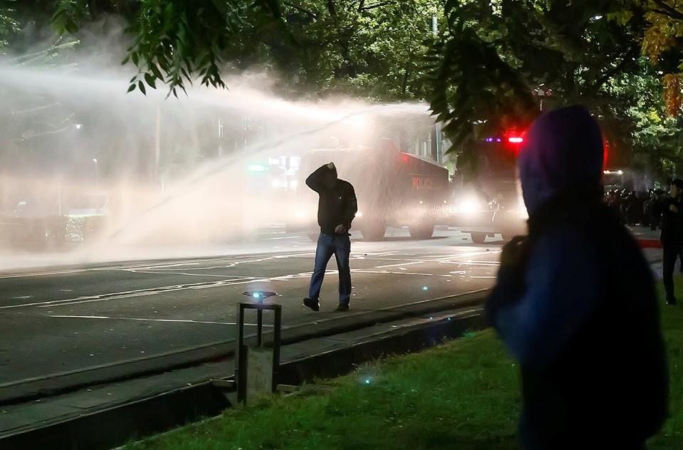 Митинг оппозиции перерос в стычки с полицией в центре Бишкека.