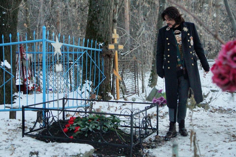 Филипп Киркоров на Ивановском кладбище.
