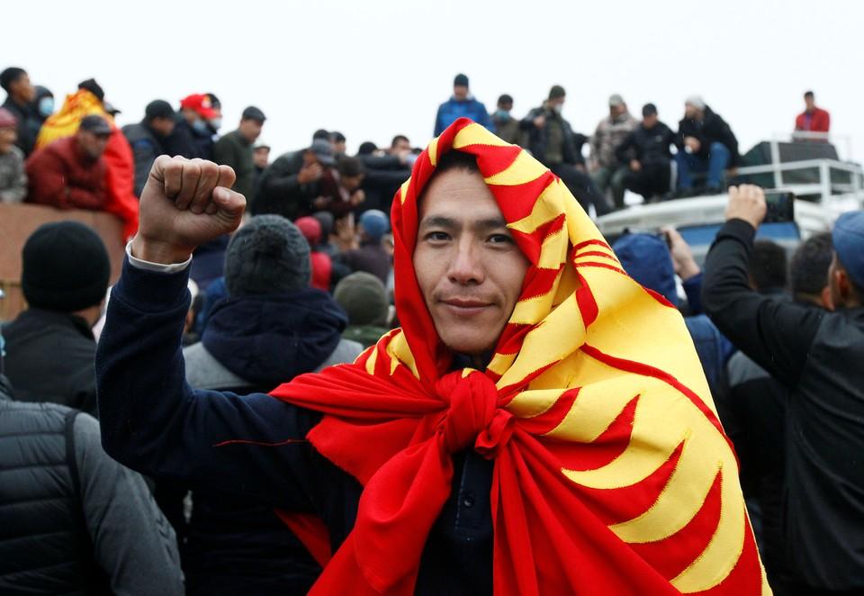 Участник уличных протестов в Бишкеке.