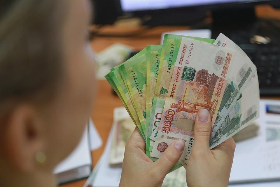 В Хакасии 10-летняя школьница разбросала с балкона друзьям 30 тысяч рублей