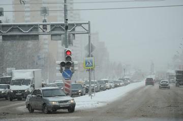 Последствия метели в Новосибирске: город сковали пробки, а дети лепят снеговиков
