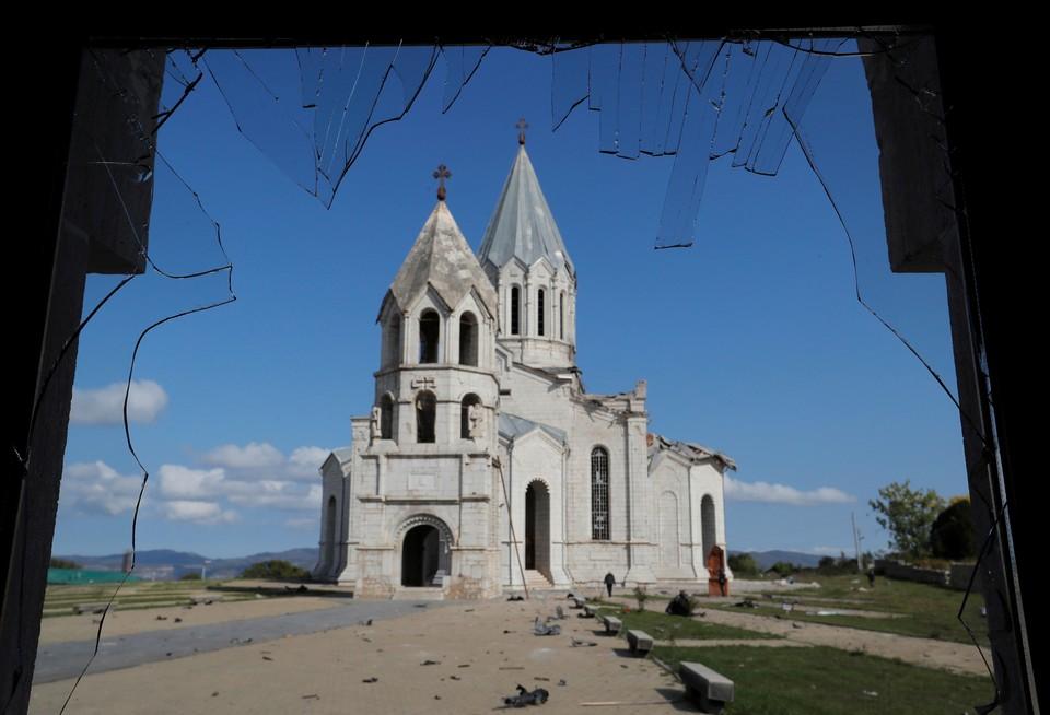 Продолжаются артиллерийские обстрелы в Нагорном Карабахе.