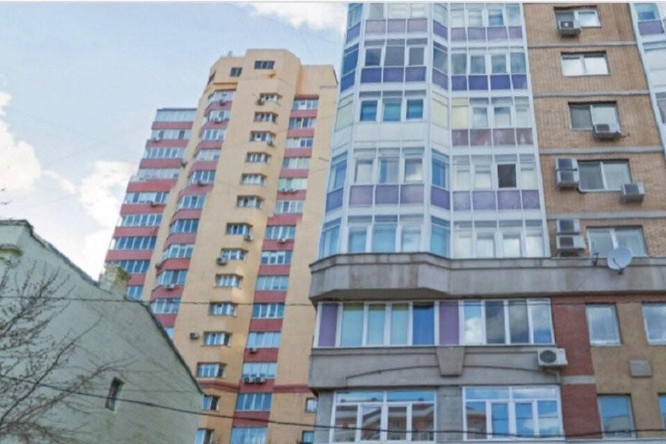 В доме на Самарской,165 (на фото на заднем плане) часть квартир продали двум разным семьям