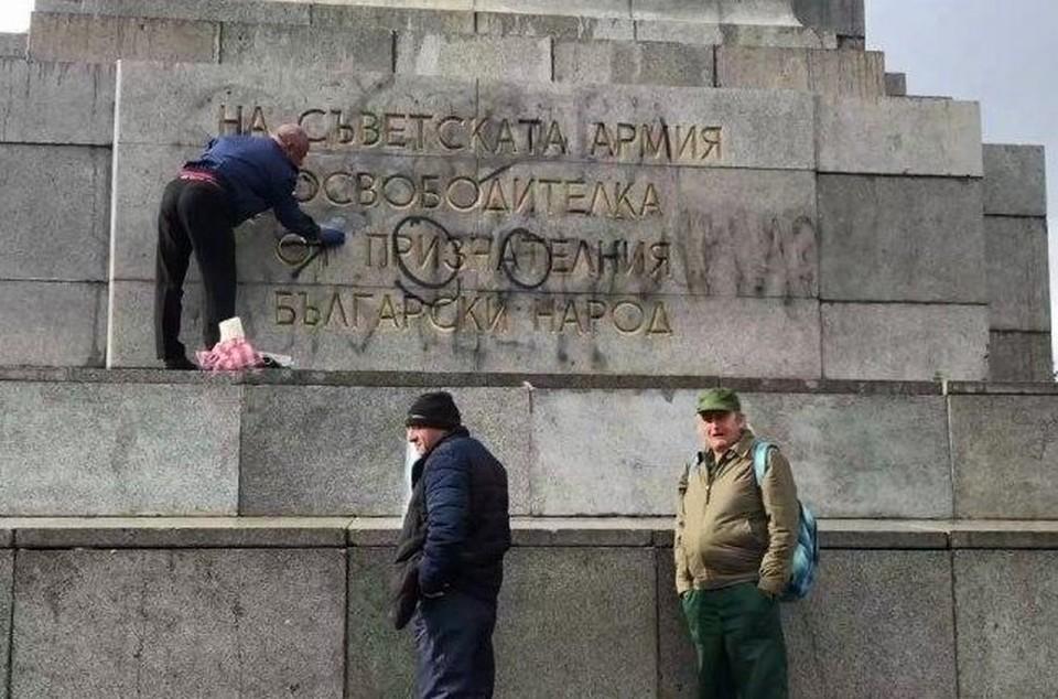 Вандалы осквернили памятник Советской Армии в столице Болгарии. Фото: кадр из видео Игорь Ленкин/ТАСС