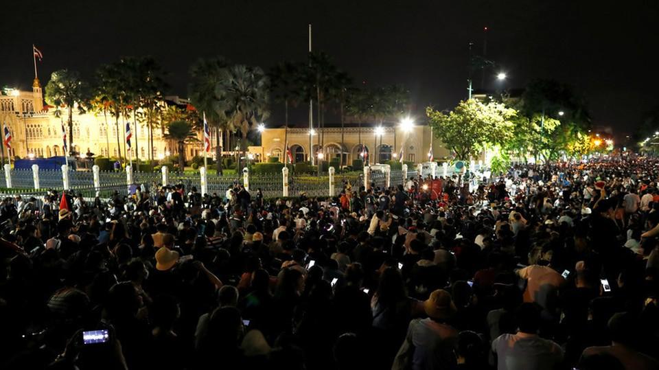 Тысячи протестующих в Бангкоке требуют отставки премьер-министра