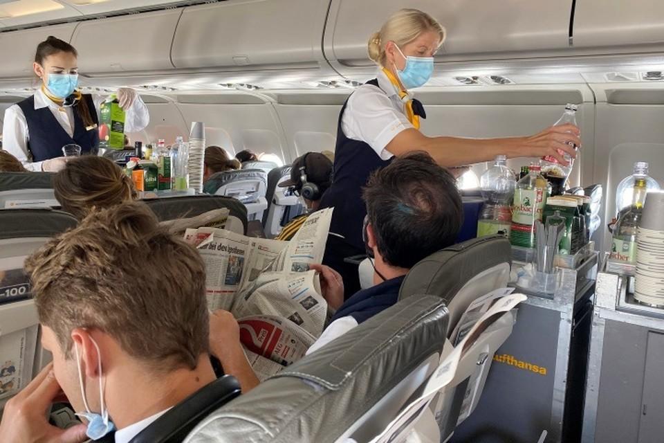 Стюардесса рассказала, к чему не стоит прикасаться в самолете