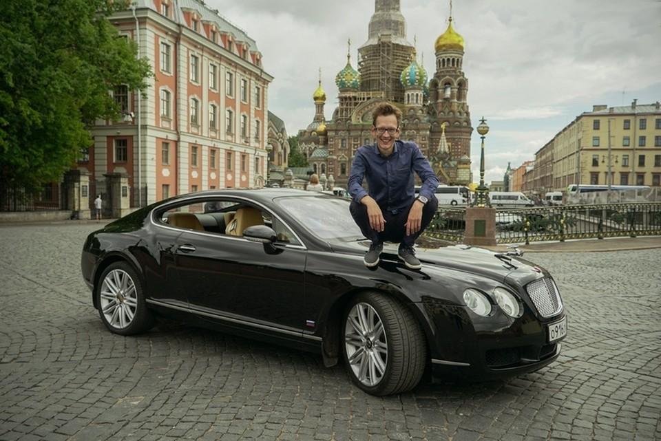 Известный автоблогер спас спящего мужчину из дымящейся машины в Санкт-Петербурге