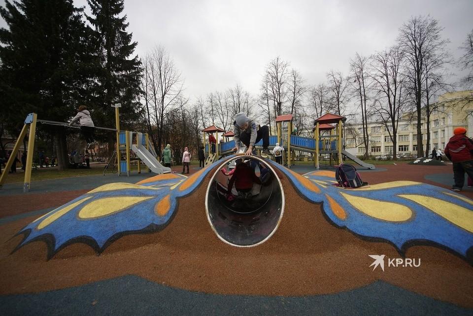 Землю на новой детской площадке покрыли резиновым материалом.