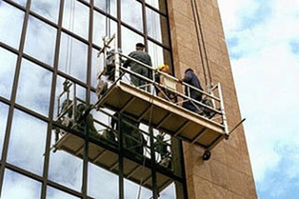 Двое рабочих разбились при обрушении строительной люльки в Москве