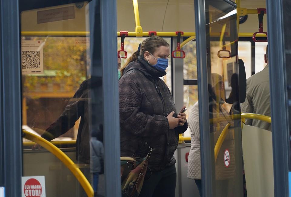 Пассажирам тверских автобусов раздают бесплатные маски Фото: ПТО