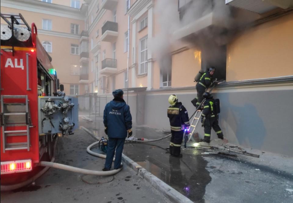 Из окон первого этажа валил дым. Фото: ГУ МЧС России по Челябинской области.
