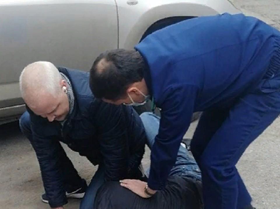 Прокурор вместе с коллегой скрутили наркоторговца. Фото: Прокуратура Пермского края.