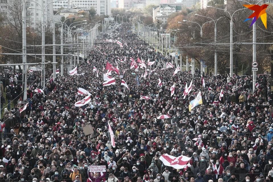 Многотысячная колонна прошлась по Партизанскому проспекту и по спальным районам Минска.