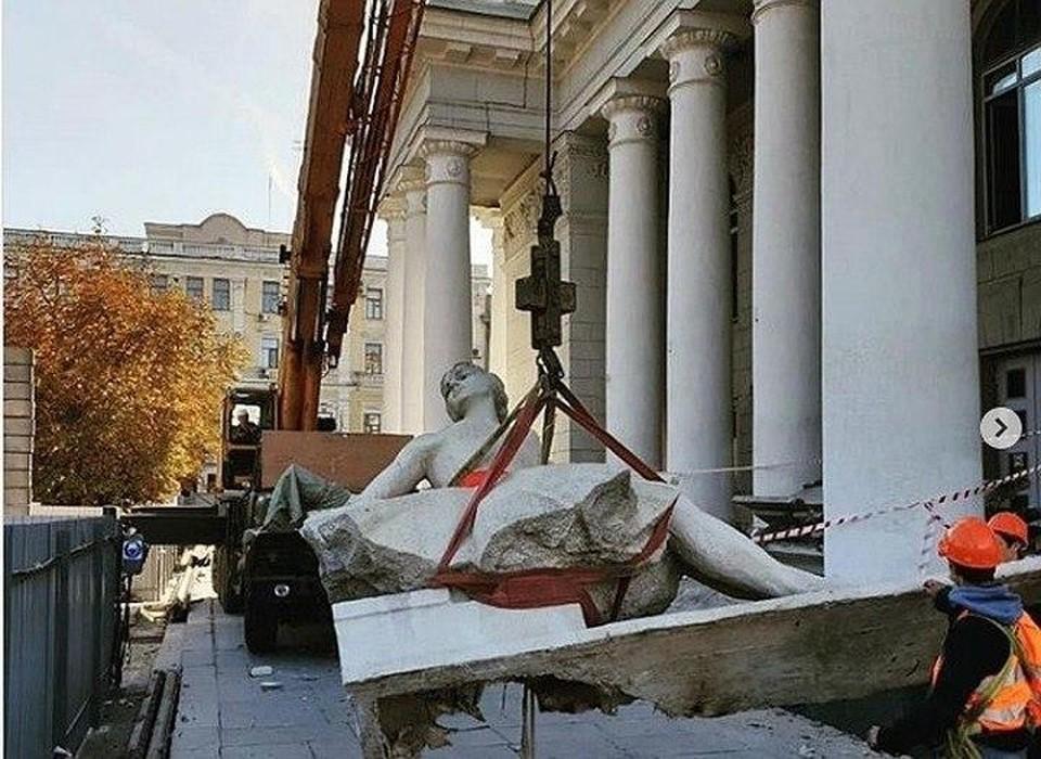 С фасада театра оперы и балета демонтировали статуи