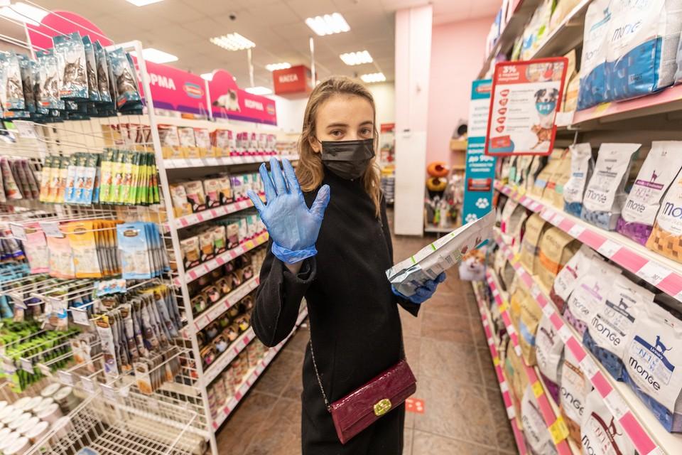 Все посетители торговых центров обязаны носить перчатки и маску. Иначе - штраф.