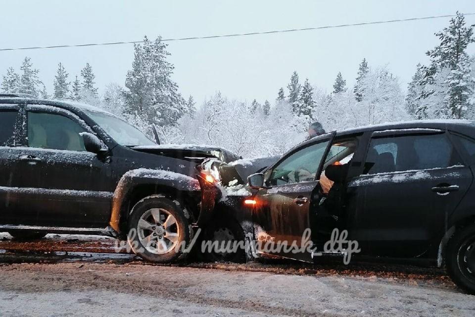 Машины столкнулись лоб в лоб под Североморском-3. Фото: vk.com/murmansk_dtp