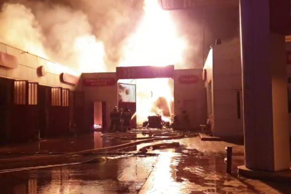 Фонтан огня от одной из цистерн с газом вырывается в ночное небо. Фото: стоп-кадр видео