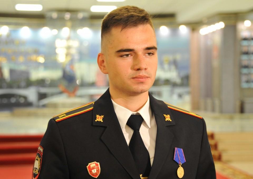 Курсант Александр Троицкий был награжден медалью «За доблесть в службе». Фото: Пресс-центр МВД России.