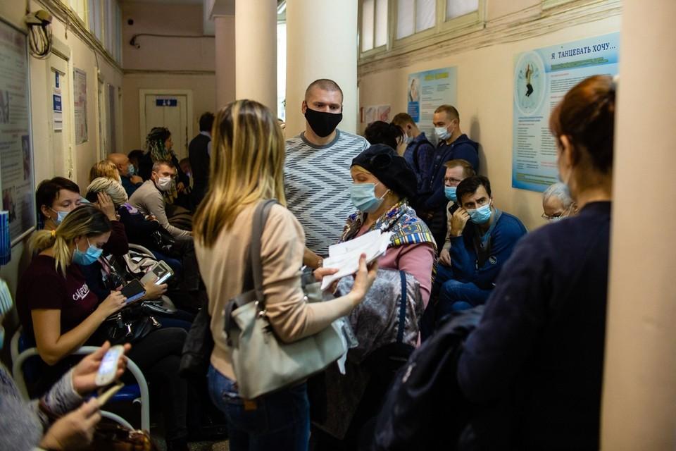 В пандемию коронавируса челябинцам приходится толпиться в узких коридорах поликлиники №2 ГБ№1
