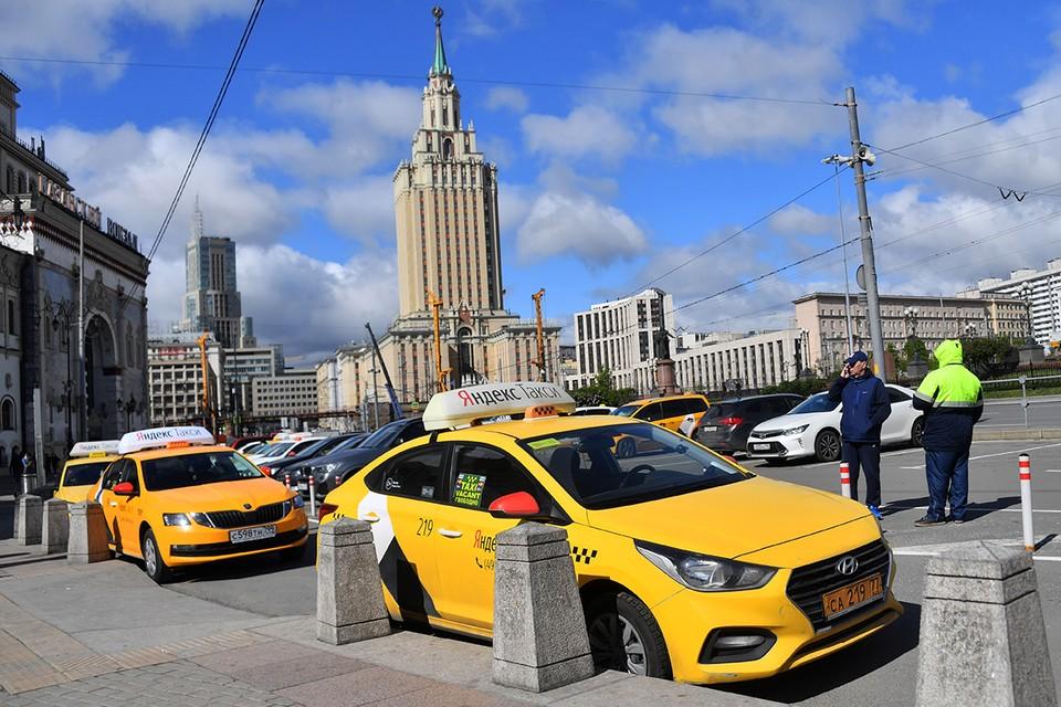 В Москве ежедневно такси перевозят больше 900 тысяч пассажиров.