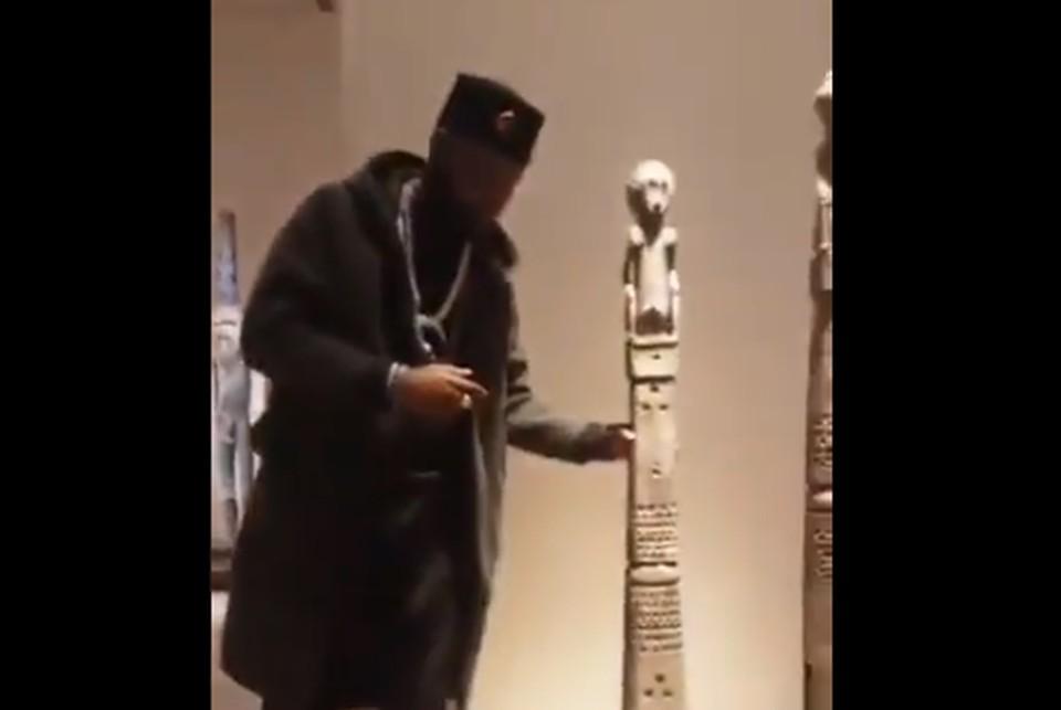 Активист пытался похитить скульптуру из Лувра для возвращения ее в Африку. Фото: кадр из видео