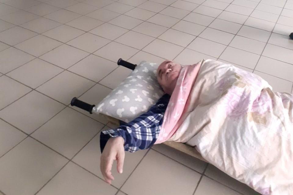 Инвалид с двусторонней пневмонией четыре часа пролежал на полу в больнице.