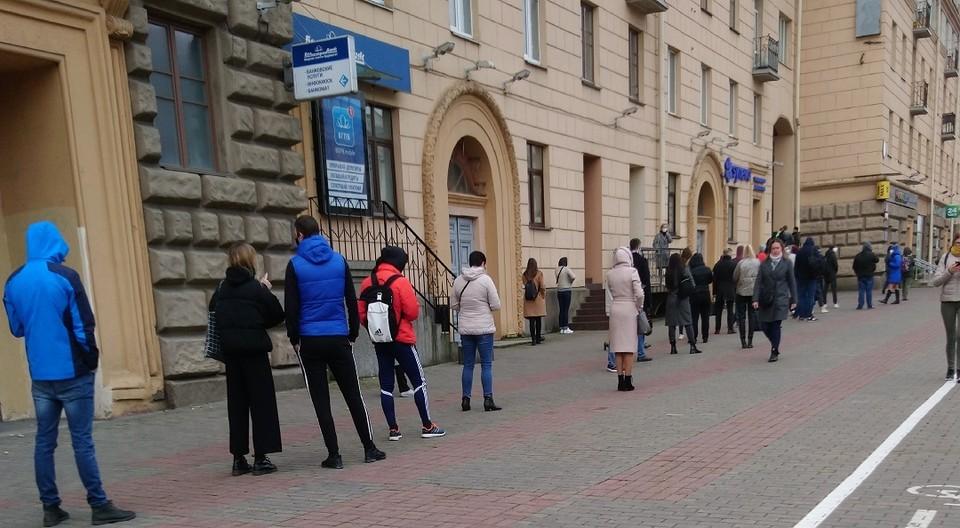 В центре Минска стоит очередь, чтобы провериться на коронавирус. И вот почему
