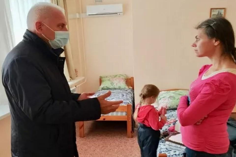 Женщине и ее детям оказывают помощь. ФОТО: аппарат уполномоченного по правам человека в Ярославской области