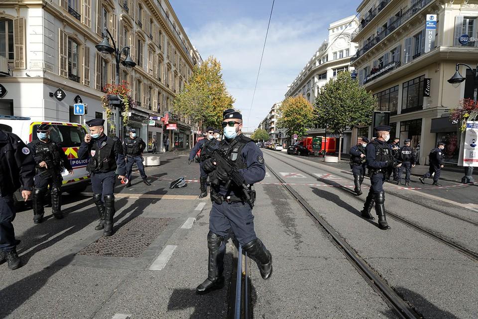 Неизвестный с ножом напал на прохожих возле церкви во французской Ницце.