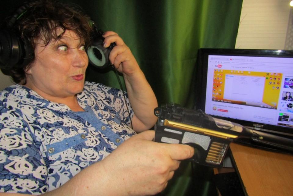 Раньше баба Аня проводила за компьютером по нескольку часов в неделю. Фото: личный архив