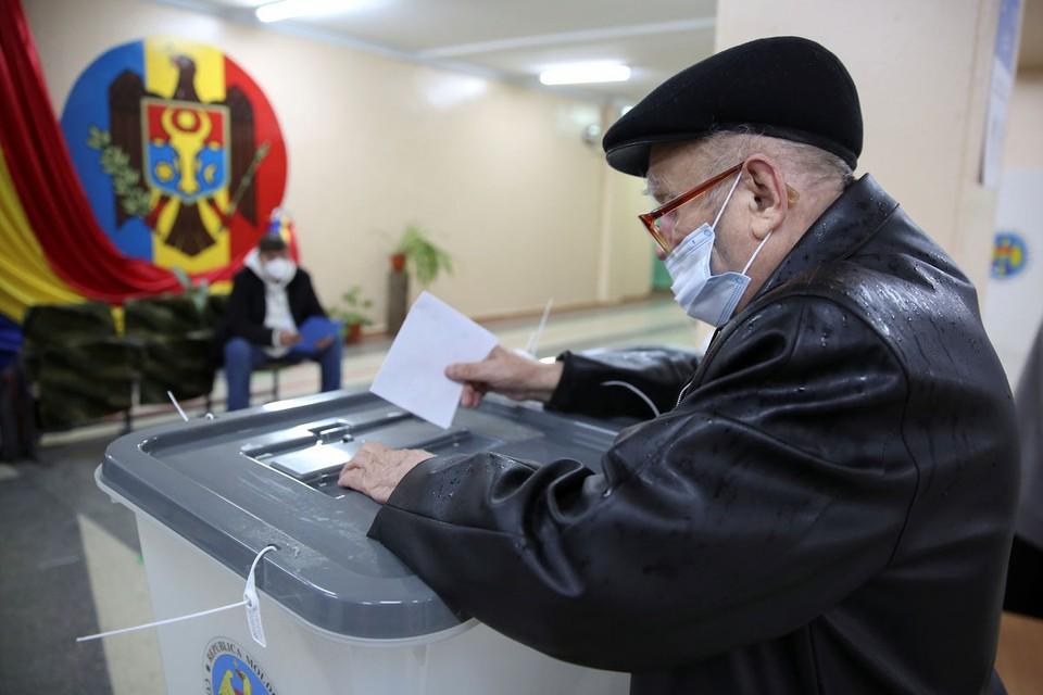 В Молдавии прошли выборы, которые должны решить судьбу страны — разворачиваться ей круто на Запад или сохранять дружбу с Россией.