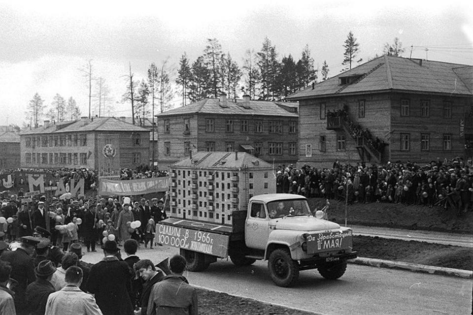 Первостроители Братска Валентина и Борис Сальниковы рассказывают, как возводился город. Фото: архив администрации Братска.