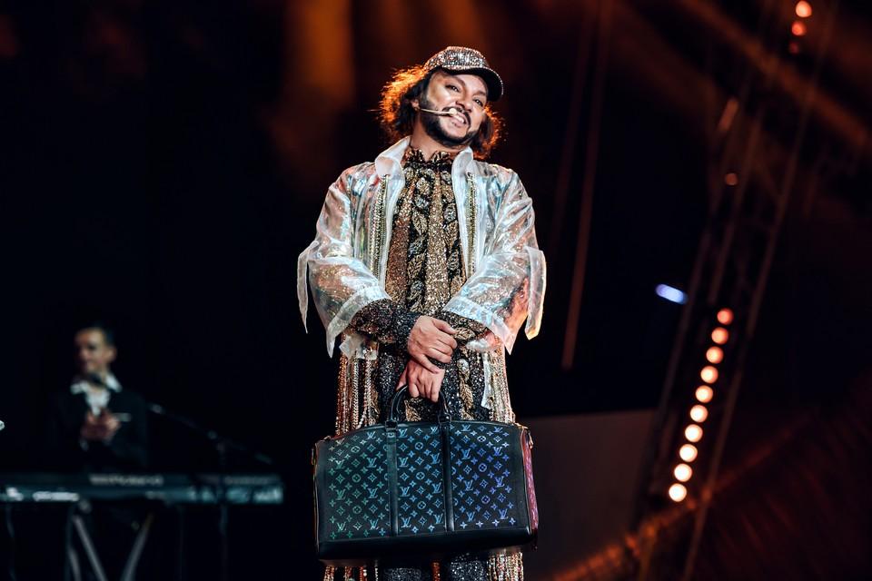 Евгений Морозов вручил Филиппу на сцене эксклюзивный чемодан Луи Вуиттон. Фото: Пресс-служба «Паруса»