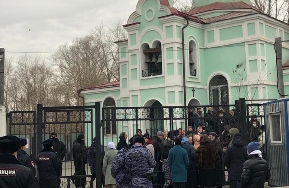Храм окружили сторонники опального отца Сергия. Фото: читатель КП