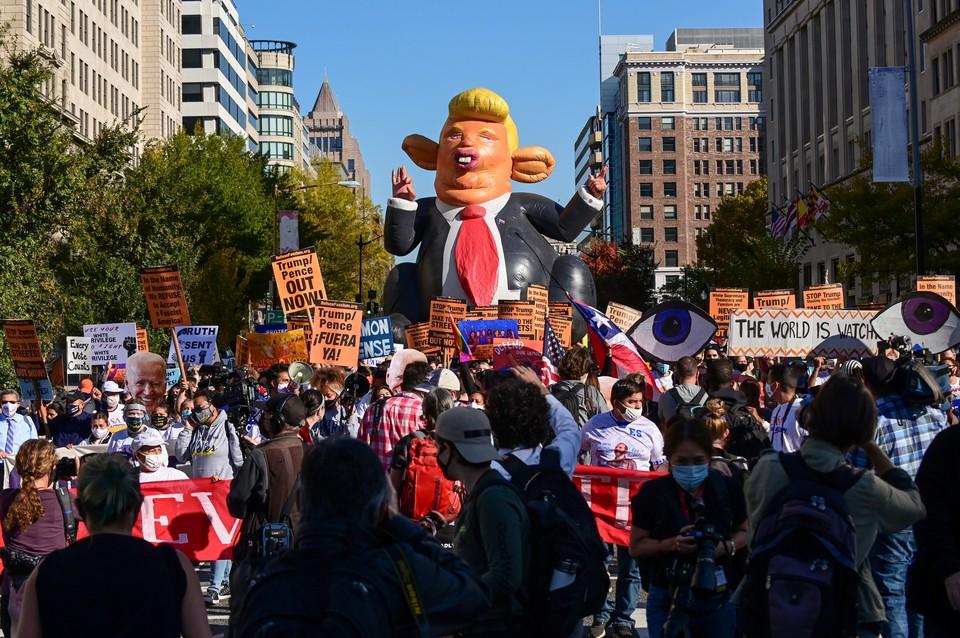 Подсчет голосов сопровождается протестами у Белого дома. Демонстранты принесли надувную куклу Трампа