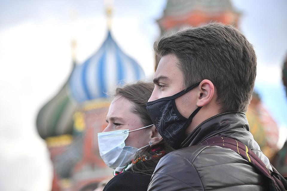 Посетители Красной площади в масках.