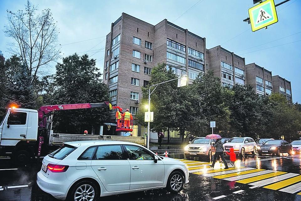 Многие автомобилисты и рады бы пропустить пешеходов, но тех часто едва видно на зебре. Автор фото: Антон КАРДАШОВ/Агентство городских новостей «Москва»