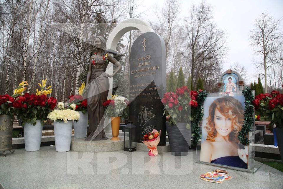 Могила Жанный Фриске на Николо-Архангельском кладбище.
