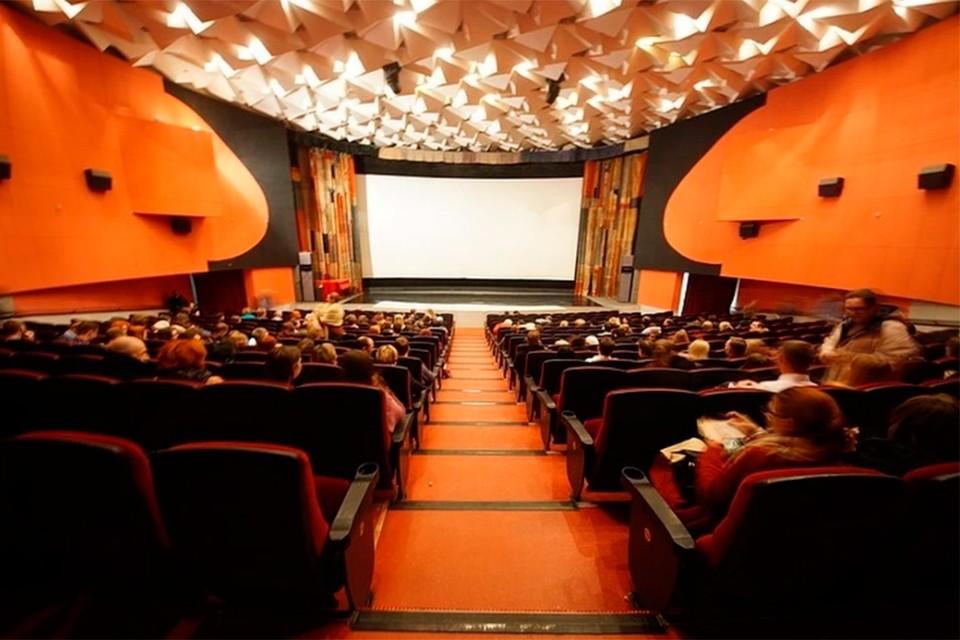 Зрители в кинотеатрах сидят подальше друг от друга.