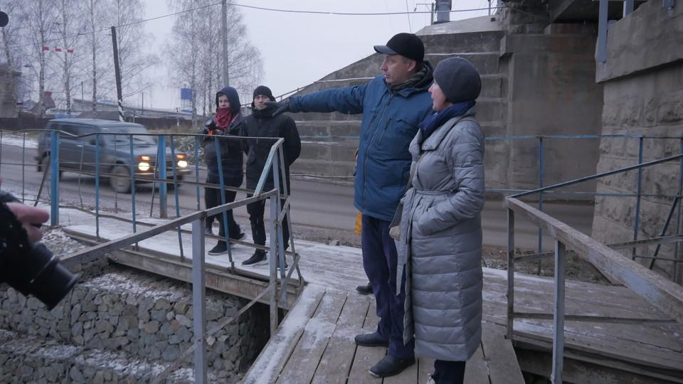 Дмитрий Дудин показывает, где был укреплен берег на Тойменке.