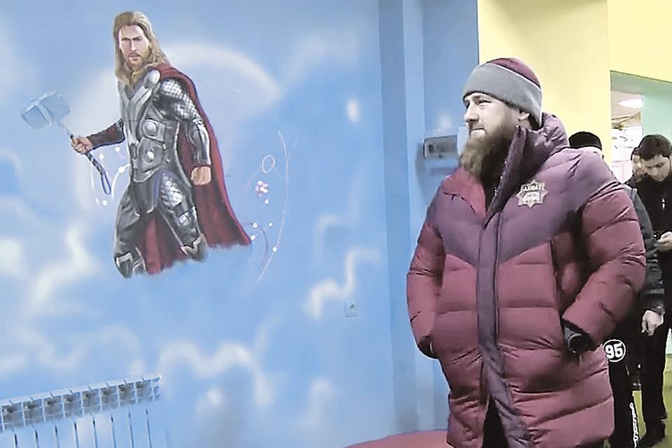 Героям комиксов не хватило суперсилы, чтобы уцелеть на стене детского центра.