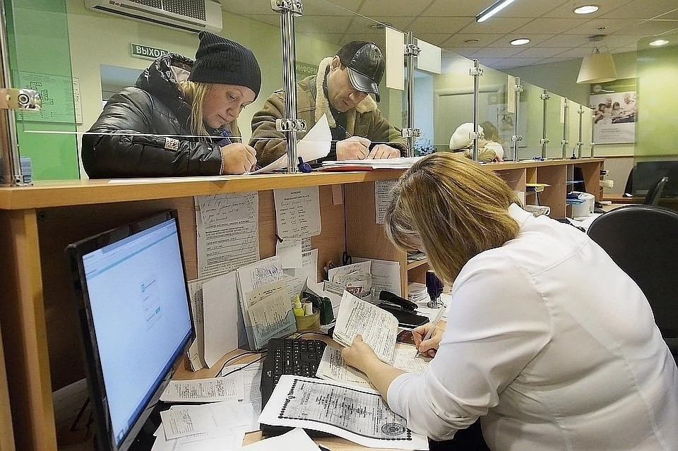Экономисты объяснили, почему россияне все чаще живут в долг