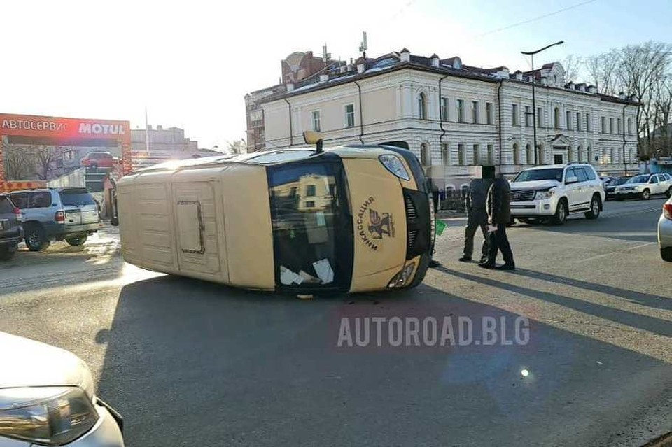 Инкассаторский автомобиль повалился на бок. Фото: www.instagram.com/autoroad.blg/
