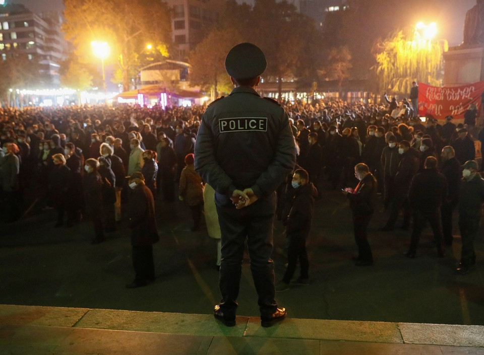 Полицейский следит за порядком на митинге за отставку Никола Пашиняна в Ереване.